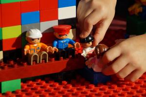 La terapia infantil se basa en el juego. Los niños resuelven conflictos jugando. Psicologodemadrid.org