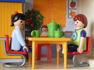 Los niños resuelven conflictos a través del juego. A partir de los tres años adquieren el juego simbólico que les permite jugar a posicionarse en diferentes roles. Psicologodemadrid.org