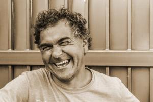 La risa favorece la producción y liberación de endorfinas y encefalinas que actúan como analgésicos naturales favoreciendo el alcance de tu bienestar.