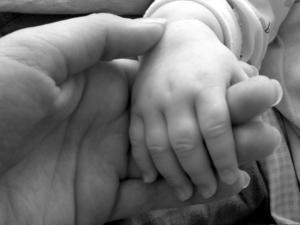 La oxitocina, llamada la hormona del amor, favorece la proximidad y el contacto de la madre con el bebé, pero no enseña a cuidar. Psicologia perinatal en psicologodemadrid.org
